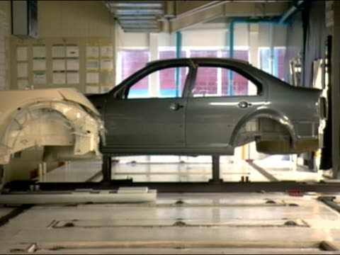 vídeos y material grabado en eventos de stock de car frames moving along assembly lines / germany - carrocería