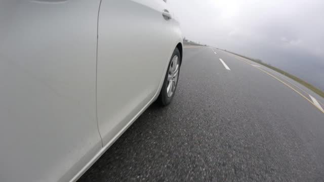 auto fährt durch die pfützen - limousine familienfahrzeug stock-videos und b-roll-filmmaterial