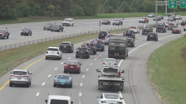 vídeos de stock e filmes b-roll de car horns sound as thousands of vehicles donned in trump paraphernalia filled the middle lanes of i270 to show their support for the current... - democracia
