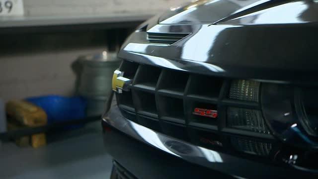 vídeos de stock e filmes b-roll de a car in the garage - enfeites para a cabeça