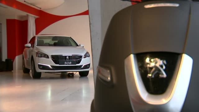 vídeos y material grabado en eventos de stock de peugeot agrees deal with general motors to buy vauxhall france int peugeot lion badge on car bonnet 'peugeot' name on back of car peugeot cars in... - insignia accesorio personal
