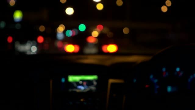 フォーカス ライトの車 - 頭にかぶるもの点の映像素材/bロール