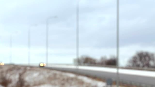 vídeos de stock e filmes b-roll de car lights moving along the road. defocusing. - focagem difusa