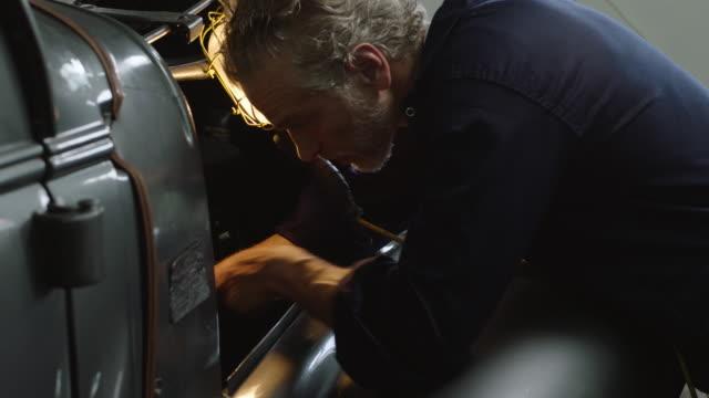 car maintenance - laboratorio riparazioni video stock e b–roll