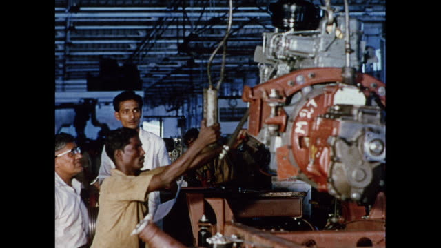 vídeos de stock e filmes b-roll de montage car manufacturing in madras / india - chassi