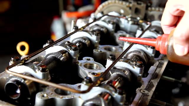 vídeos y material grabado en eventos de stock de mecánico de automóviles revisión de pistón - llave herramienta de mano