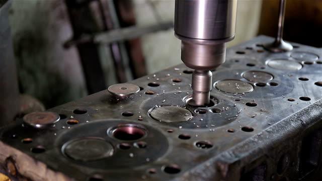 自動車整備工 - 空気弁点の映像素材/bロール