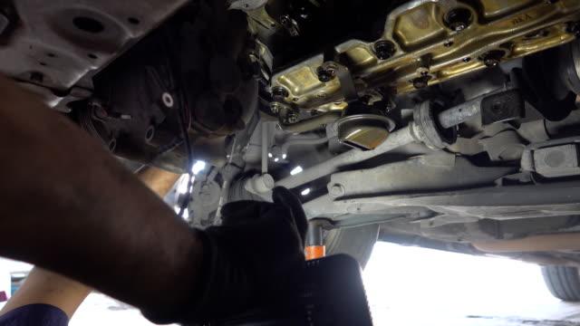 vídeos y material grabado en eventos de stock de mecánico de automóviles trabajando en taller de reparación de automóviles - pieza de máquina