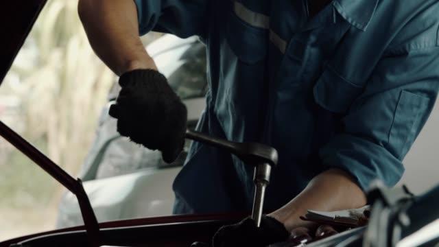 vídeos y material grabado en eventos de stock de mecánico de coches trabajando en garaje - mecánico de coches
