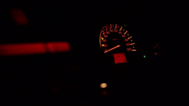 夜に車が動いている間、車のマイル。 - サラワク州点の映像素材/bロール