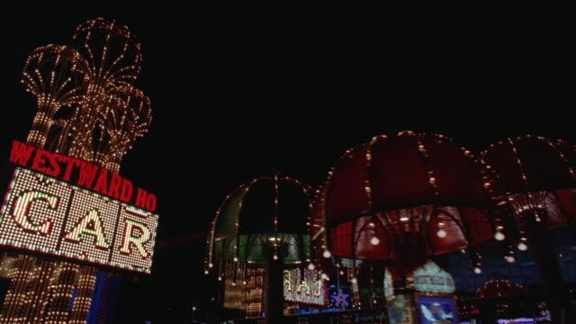 vídeos de stock, filmes e b-roll de ws pov car moving along las vegas strip towards 'circus-circus' hotel and casino plus westward ho in background / las vegas, nevada, usa - strip de las vegas