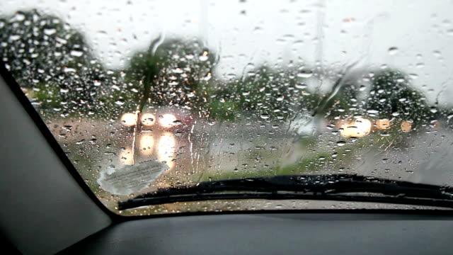 Auto voran während der Regenzeit