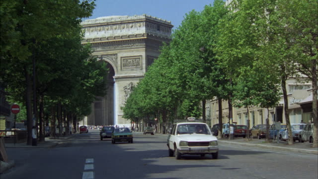 ms pan car moving in front of arc de triomphe and man entering into ornate door to office building - 1978 stock videos and b-roll footage