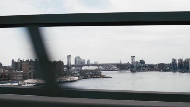 イースト川に架かるマンハッタン橋の上を移動する車 - マンハッタン橋点の映像素材/bロール