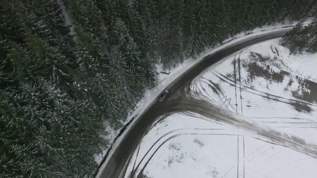 car moving on road in winter - winter点の映像素材/bロール