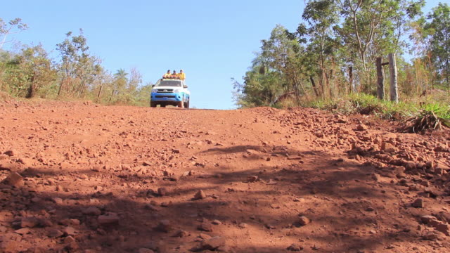 vídeos de stock, filmes e b-roll de ms car moving through dirt road / corumba, mato grosso do sul, brazil - estrada rural