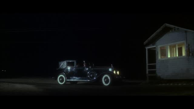 ms pan car moving to small beach house - 到着点の映像素材/bロール