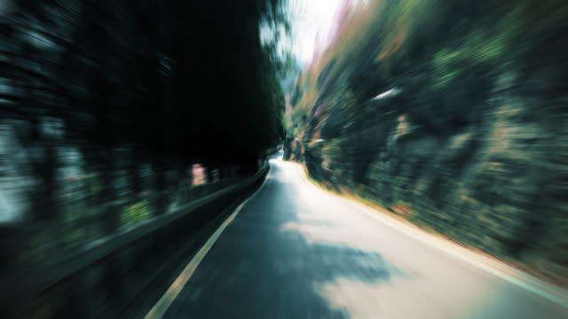 vídeos de stock, filmes e b-roll de carro andando com turva a estrada - fotografia de alta velocidade