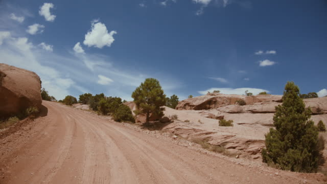 stockvideo's en b-roll-footage met pov auto off road rijden plat zand canyon, moab - moab utah
