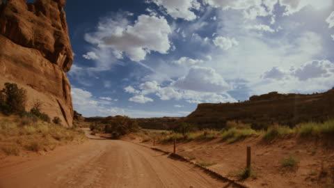 vídeos y material grabado en eventos de stock de pov coche fuera de la carretera de conducción de puentes géminis, moab - carretera de tierra