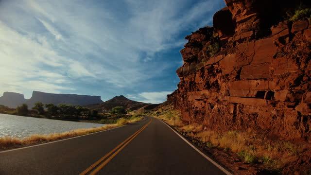 キャニオンランズ、モアブの近くを運転する道路からpov車 - ネバダ州点の映像素材/bロール