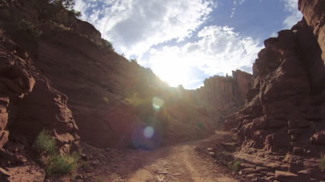 pov auto off-road fahren auf shafer trail in den canyon, moab - utah stock-videos und b-roll-filmmaterial