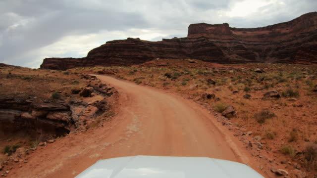 キャニオン、モアブのシェーファートレイルで運転するpov車オフ道路 - ロッキー山脈点の映像素材/bロール