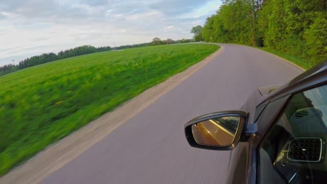 auto pov: auf einer bayerischen landstraße im frühjahr bei sonnenuntergang - ländliche straße stock-videos und b-roll-filmmaterial