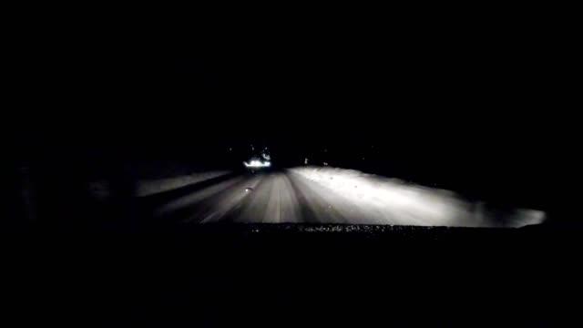 vidéos et rushes de voiture pov: sur une route de montagne autrichiennes en hiver - froid