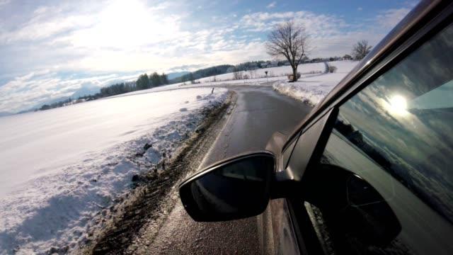 auto pov: auf einer landstraße im winter - limousine stock-videos und b-roll-filmmaterial