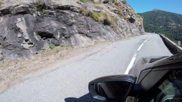 夏にコルシカ島国の道路上の車 - カランシェ点の映像素材/bロール