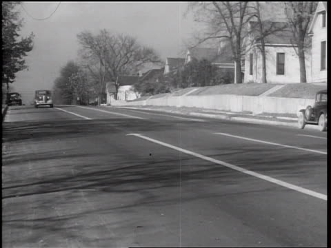 b/w 1938 car on street approaching camera / memphis, tennessee - 少於10秒 個影片檔及 b 捲影像