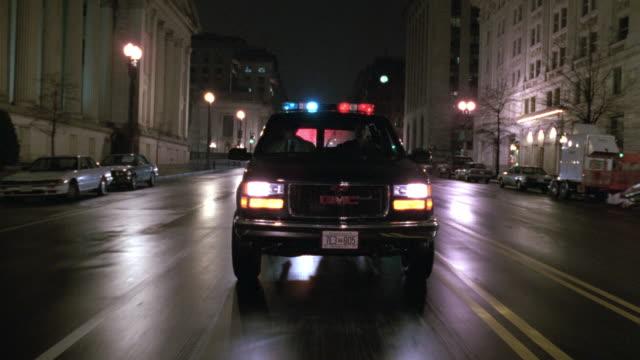vídeos y material grabado en eventos de stock de ms pov car on street at night / washington d.c., united states - edificio gubernamental