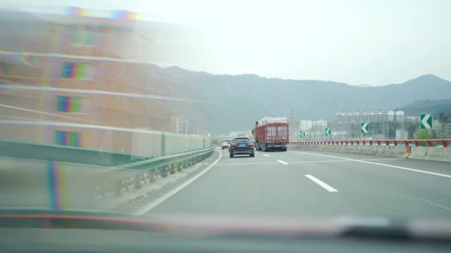 vídeos y material grabado en eventos de stock de coche en movimiento en autopista - señal mensaje