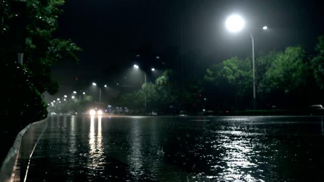 夜の街の通りで道路上の車 - electric lamp点の映像素材/bロール
