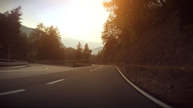 vídeos de stock, filmes e b-roll de câmera a bordo do carro: curvy pôr-do-sol - motocicleta