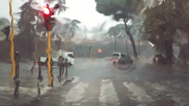Auto-Onboard-Kamera: Unter starkem Regen fahren