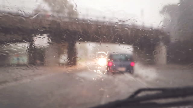 stockvideo's en b-roll-footage met car onboard camera: driving under heavy rain - voorruit