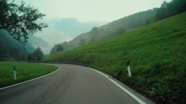 Bil ombord kamera på ett dimmigt berg passerar