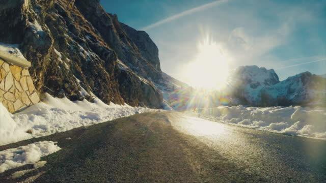 Câmara a bordo de carro em uma montanha de Inverno