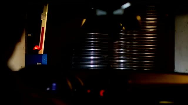 vídeos de stock e filmes b-roll de carro do no subsolo de garagem - accessibility