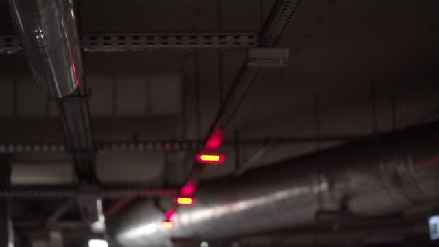vídeos de stock, filmes e b-roll de sinais do parque de estacionamento do diodo emissor - número 26