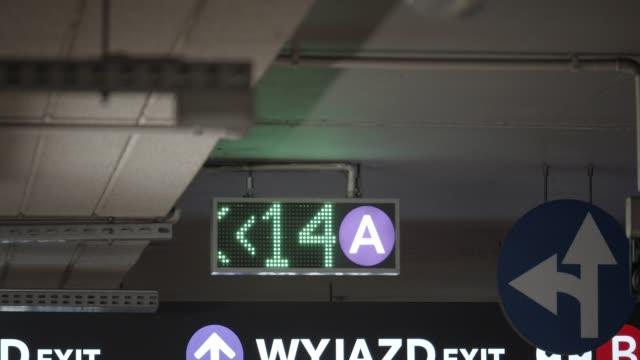 led-parkering skyltar - digital skyltning bildbanksvideor och videomaterial från bakom kulisserna