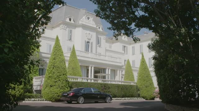 ws td car parked outside of hotel du cap / antibes, france - 高級ホテル点の映像素材/bロール