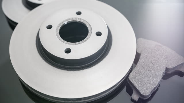 car parts - brake discs and pads - prova di collisione video stock e b–roll