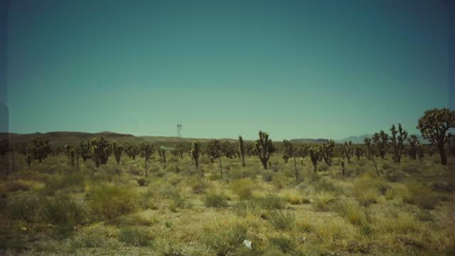 vídeos de stock, filmes e b-roll de vista do passageiro do carro que viaja no sudoeste dos eua - moab utah