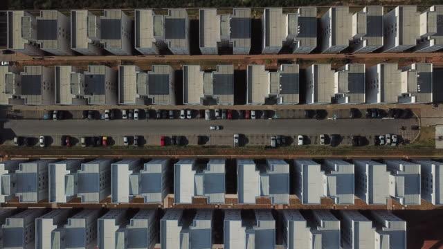 vidéos et rushes de la voiture passe entre les bâtiments symétriques - interactivité