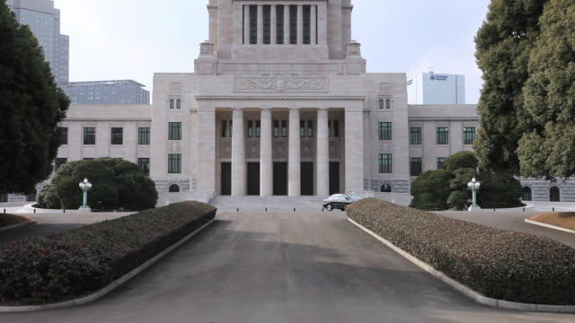ms tu car passing infront of national diet building of japan /  chiyoda-ku, tokyo, japan - parliament building点の映像素材/bロール