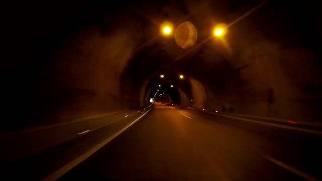 Auto wegtunnel passeren. II