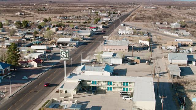 stockvideo's en b-roll-footage met car passing through willcox, arizona - aerial - straatnaambord